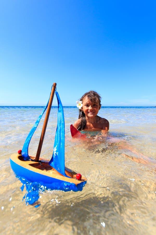 在一美好的天的Ittle女孩在海滩 免版税库存照片