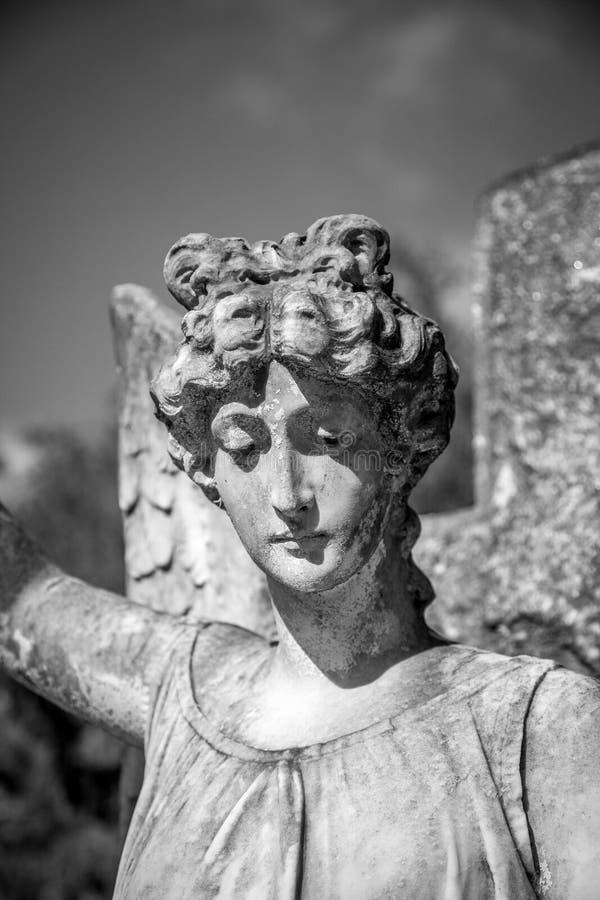 在一老gravesite的天使雕塑 库存图片