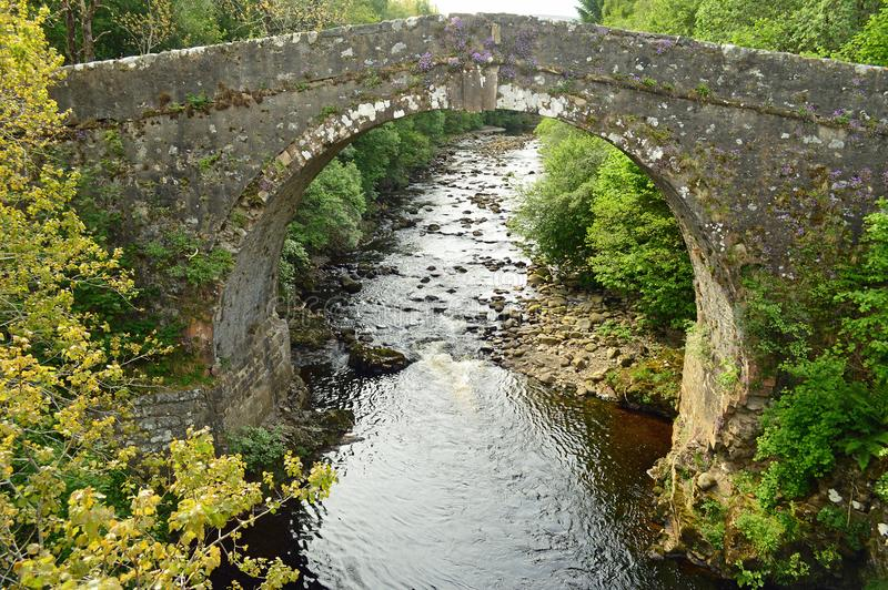 在一般涉过军用路苏格兰的老石桥梁 库存照片