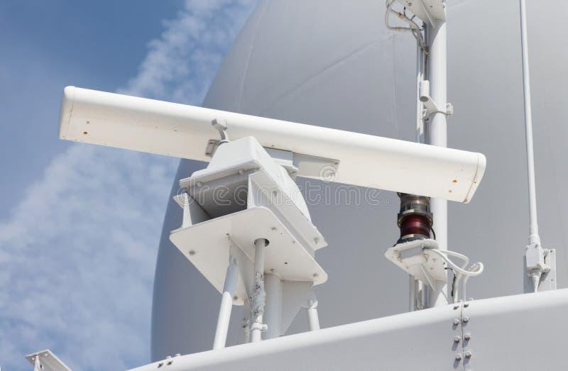 在一艘军用船的雷达天线 库存照片
