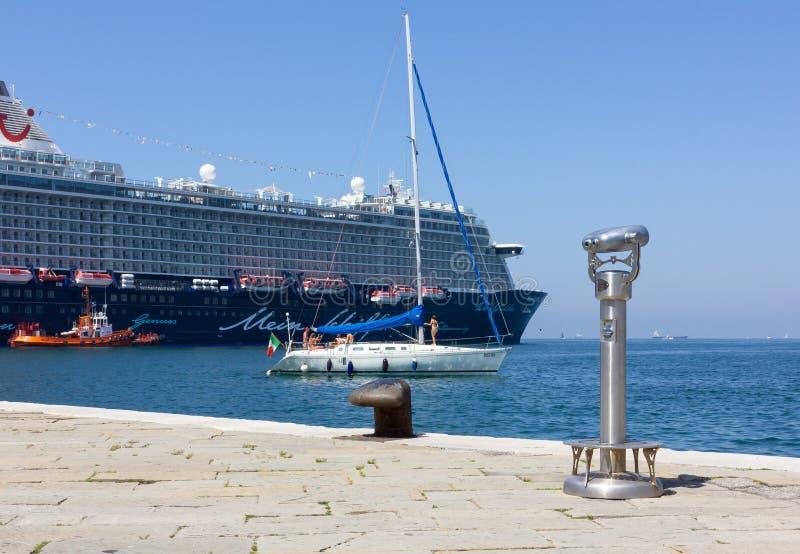 在一艘游轮前面的风船在的里雅斯特 库存图片