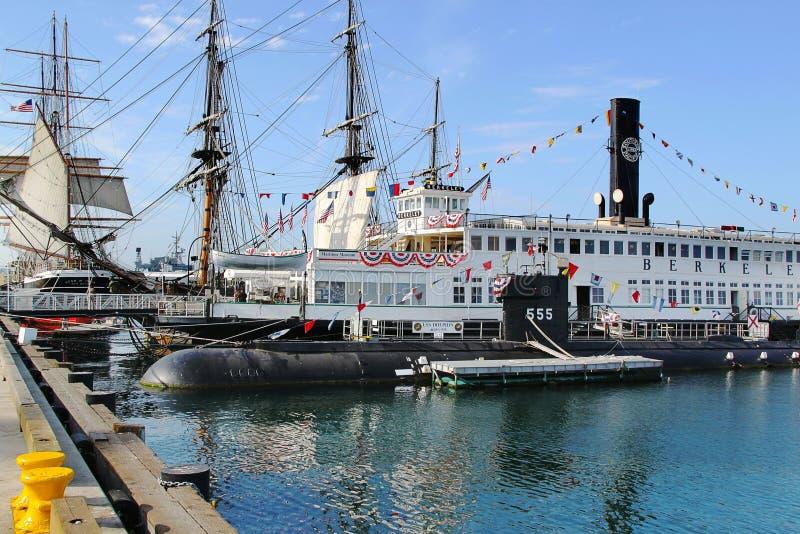 在一艘老潜水艇和船的美丽的景色在圣地亚哥海博物馆  美国 背景蓝天 免版税库存图片