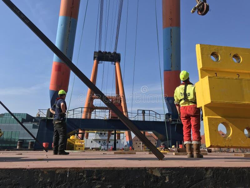 在一艘船的巨型起重机有忽略行动的产业工人的 免版税库存图片