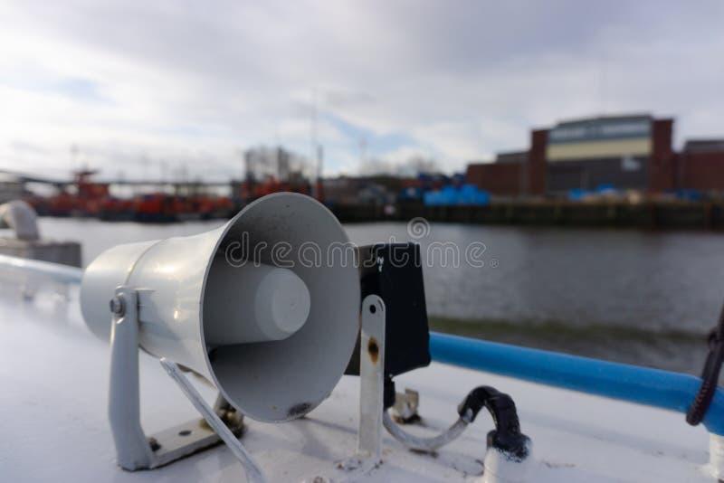 在一艘船的扩音机在港口 图库摄影