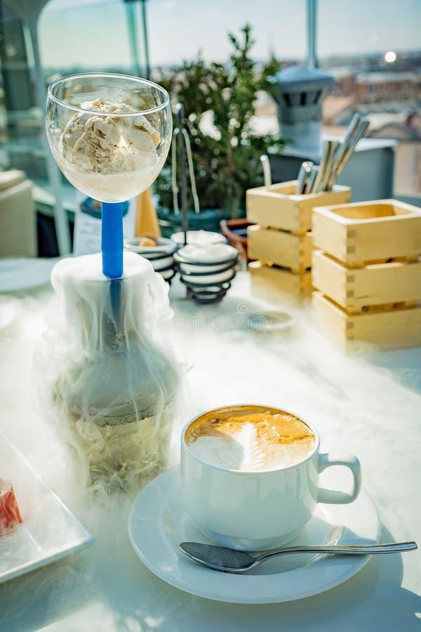 在一艘透明玻璃船的冰淇淋有从干冰的蒸汽的 图库摄影