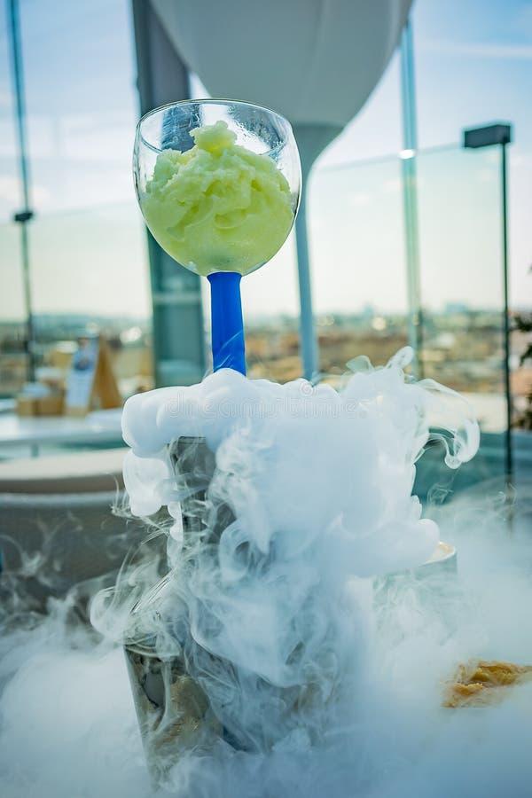 在一艘透明玻璃船的冰淇淋有从干冰的蒸汽的 库存照片