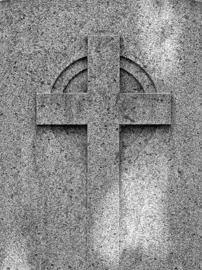 在一被风化的古老花岗岩tombston装饰的宗教十字架 库存照片