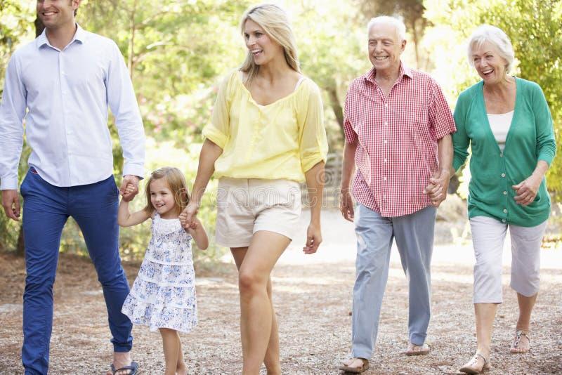 在一起国家步行的三一代家庭 库存照片