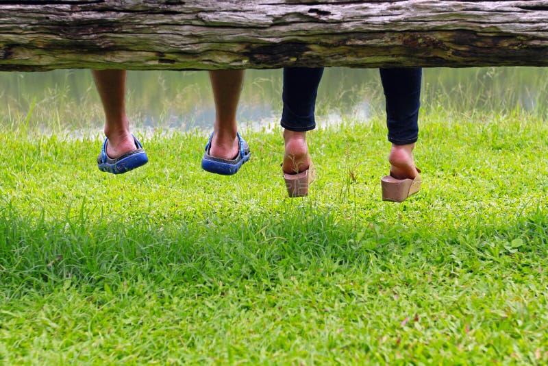 在一起坐的爱的年轻夫妇 免版税库存图片