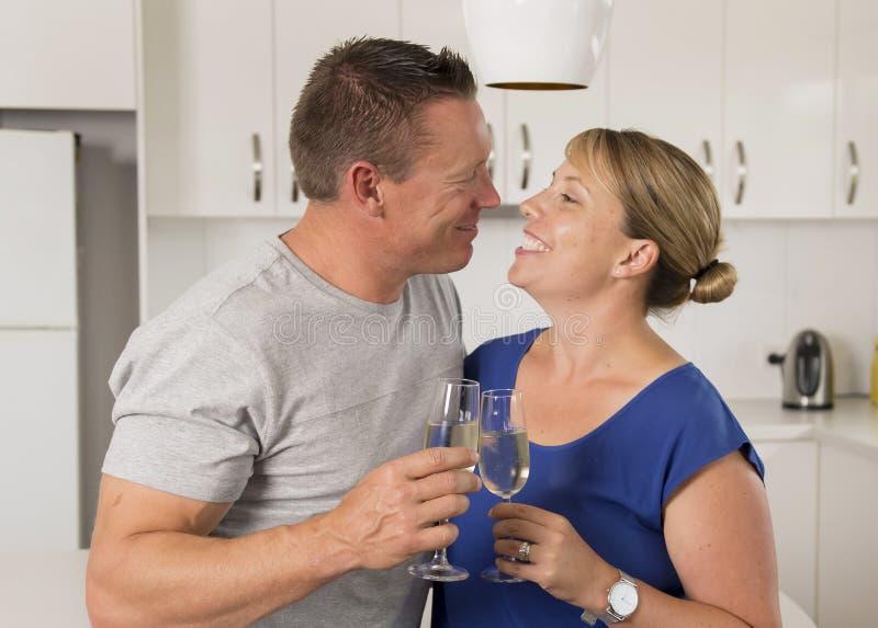 在一起庆祝a的爱的年轻美好的夫妇30s或40s 免版税图库摄影