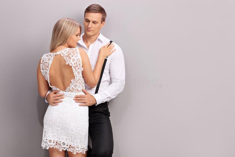 在一起摆在的流行的服装的夫妇 库存照片