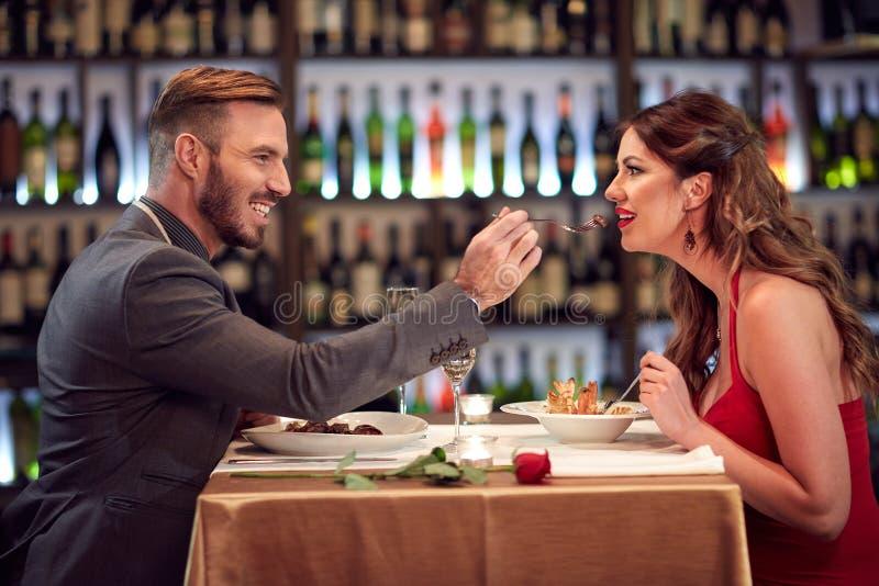 在一起晚餐的夫妇 图库摄影