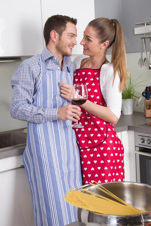 在一起烹调在厨房里的爱的夫妇和获得乐趣-关于 免版税图库摄影