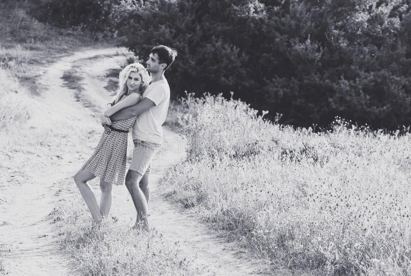 在一起爱的夫妇在夏时 黑色白色 免版税库存照片