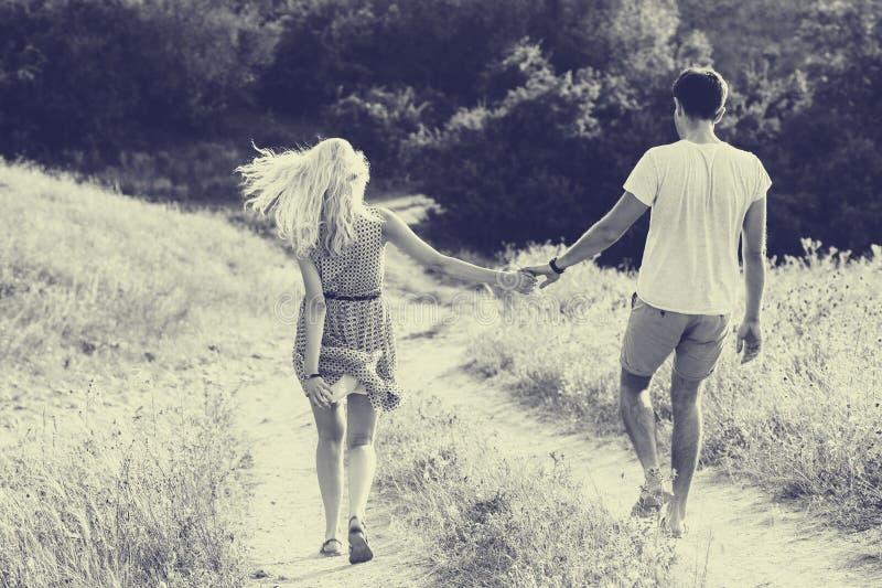 在一起爱的夫妇在夏时 黑色白色 库存照片