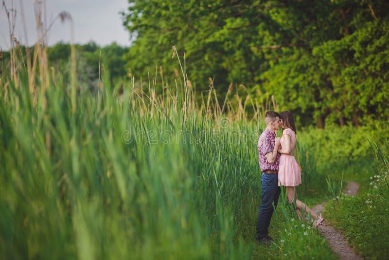 在一起爱的年轻夫妇在自然 免版税库存图片