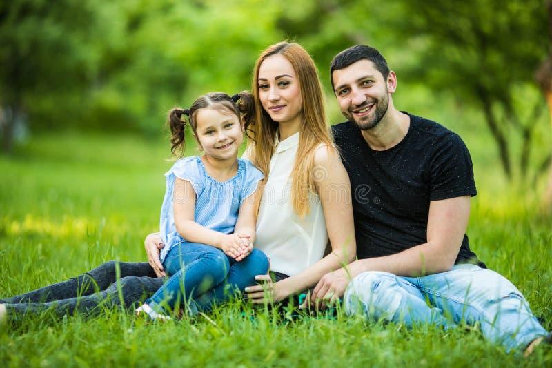 家庭成人_在一起绿色自然的家庭在夏天公园