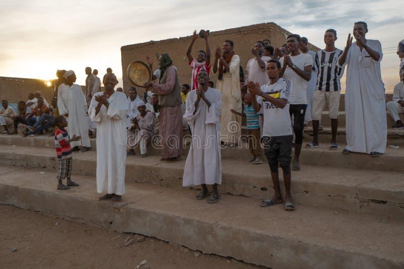 在一足球赛的欢呼的人群在Abri,苏丹- 2018年11月 免版税库存照片