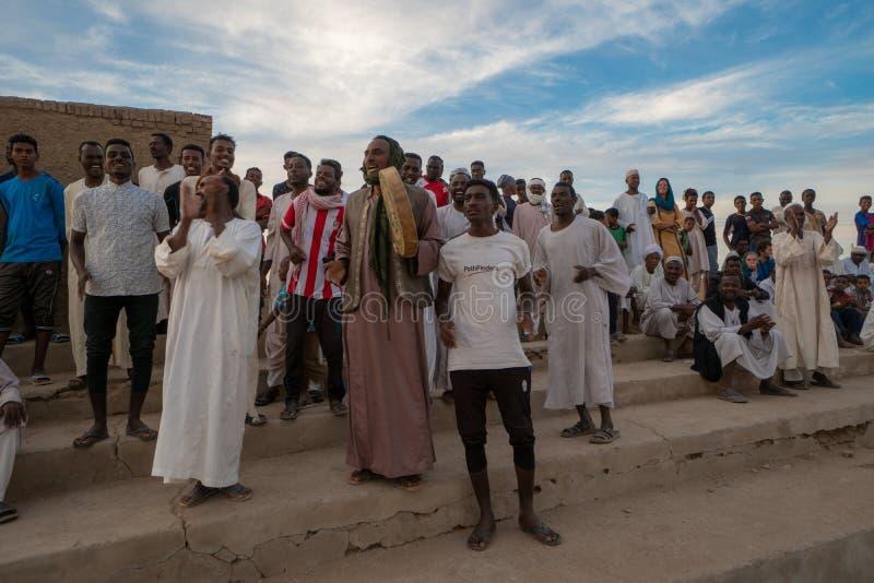 在一足球赛的欢呼的人群在Abri,苏丹- 2018年11月 免版税库存图片