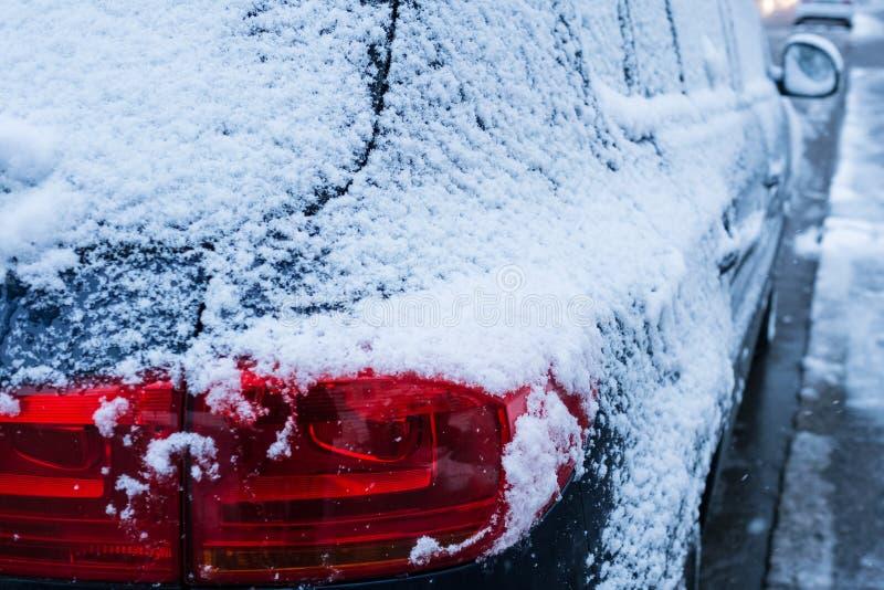 在一辆汽车的红色尾灯在冬天 库存照片