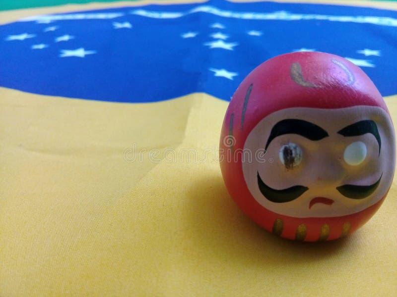 在一面巴西旗子的Daruma玩偶 库存图片