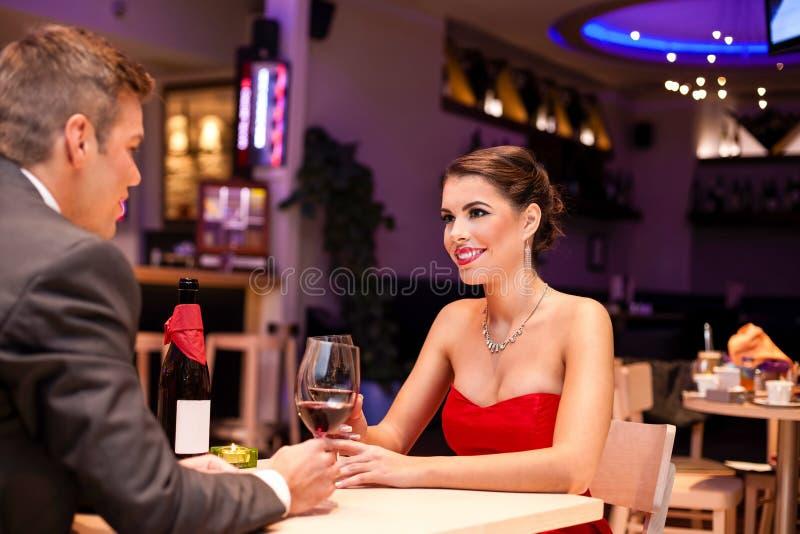 在一顿浪漫晚餐的夫妇 免版税库存图片