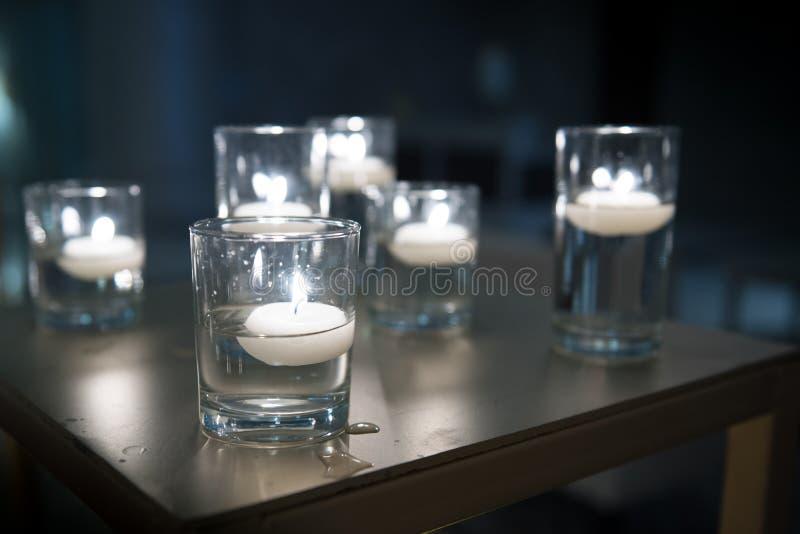 在一黑暗的buckground的燃烧的蜡烛 库存图片
