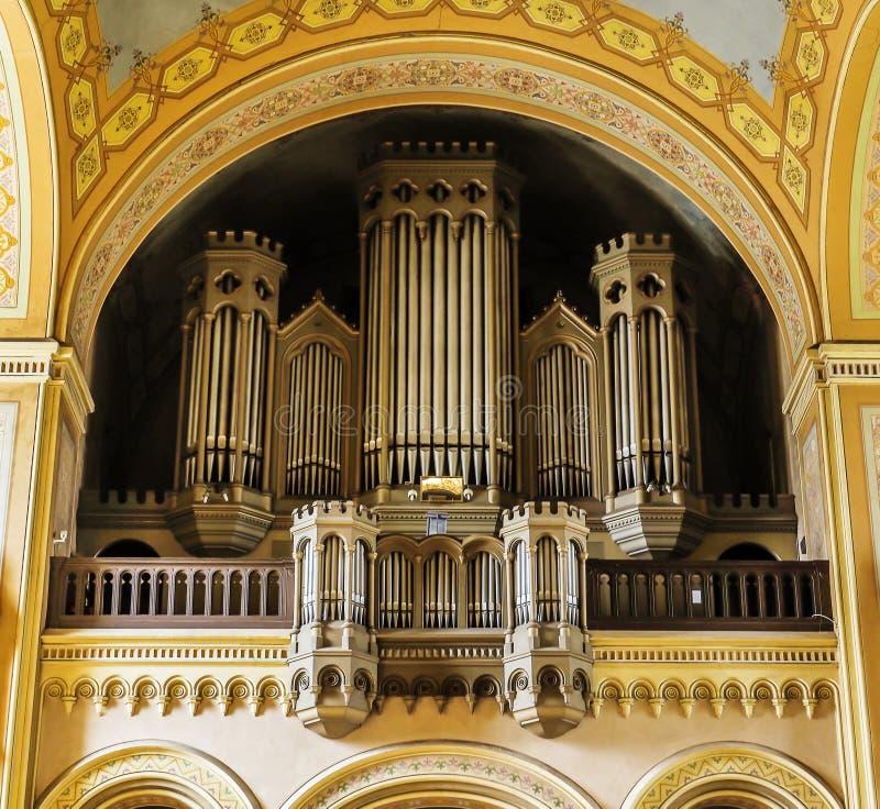 在一间古老的天主教堂里面的器官 免版税库存照片