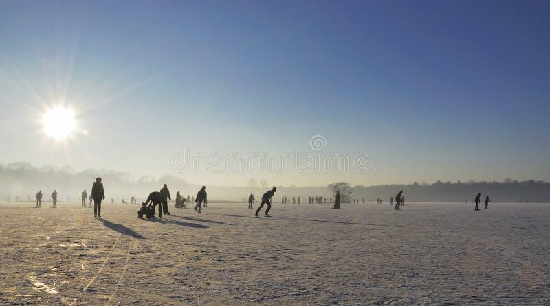 在一晴朗winterday的Icescating 免版税库存照片