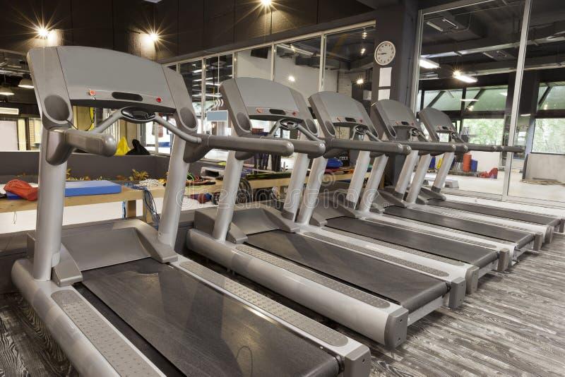 在一间现代健身房的踏车 库存照片