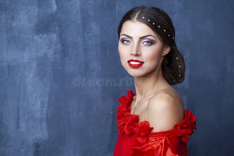 在一件红色礼服的妇女传统西班牙佛拉明柯舞曲舞蹈家跳舞 库存图片