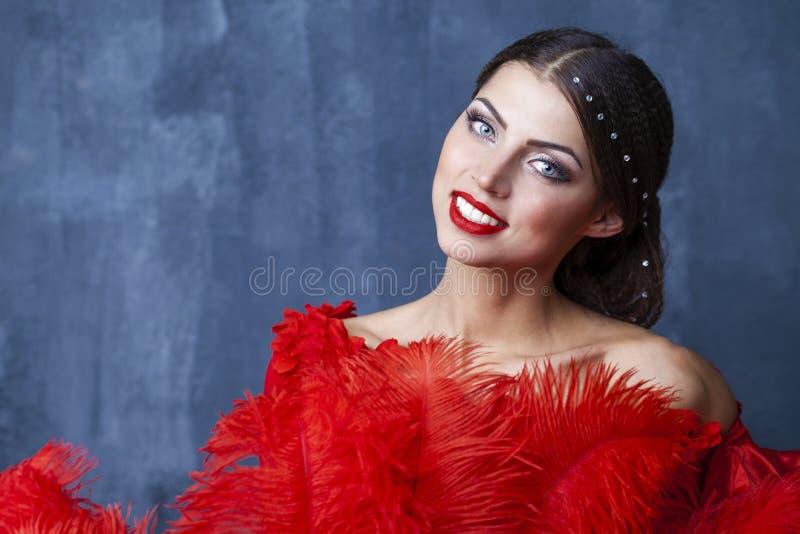 在一件红色礼服的妇女传统西班牙佛拉明柯舞曲舞蹈家跳舞 库存照片