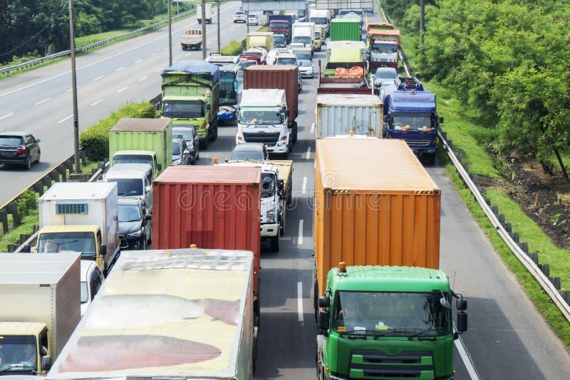 在一tollway的忙碌交通与卡车长的行  免版税图库摄影