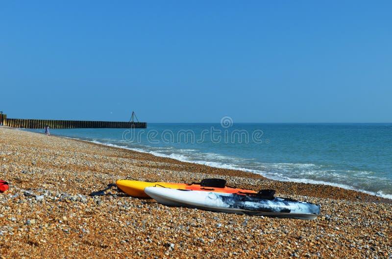 在七个姐妹海滩的两艘五颜六色的皮船 库存图片