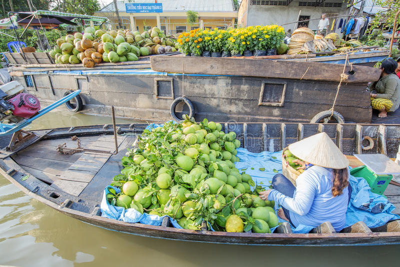 在七方式交叉路(Nga海湾)的Phung Hiep浮动市场,芹苴市市, Tien Giang 库存照片
