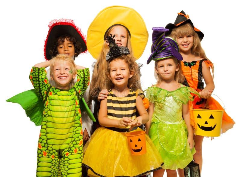 在万圣夜服装、男孩和女孩的许多孩子 库存图片