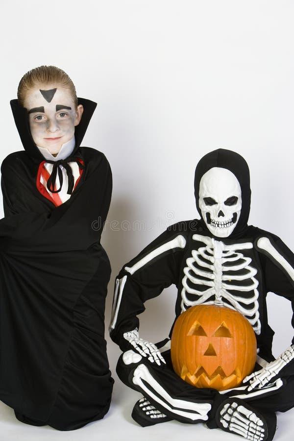 在万圣夜服装打扮的两个男孩 库存照片