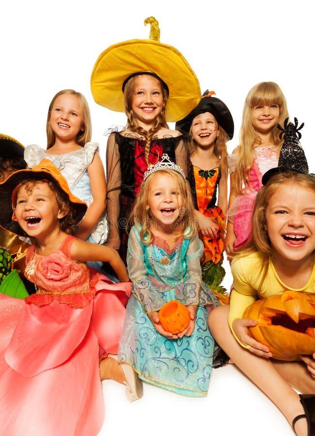 在万圣夜服装的滑稽的愉快的孩子 免版税库存照片