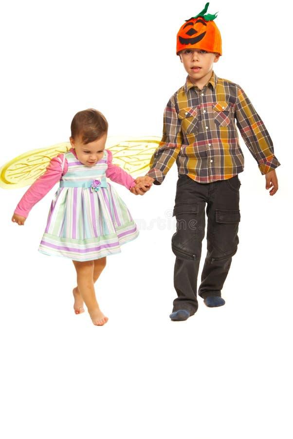 在万圣节成套装备的走的孩子 库存照片