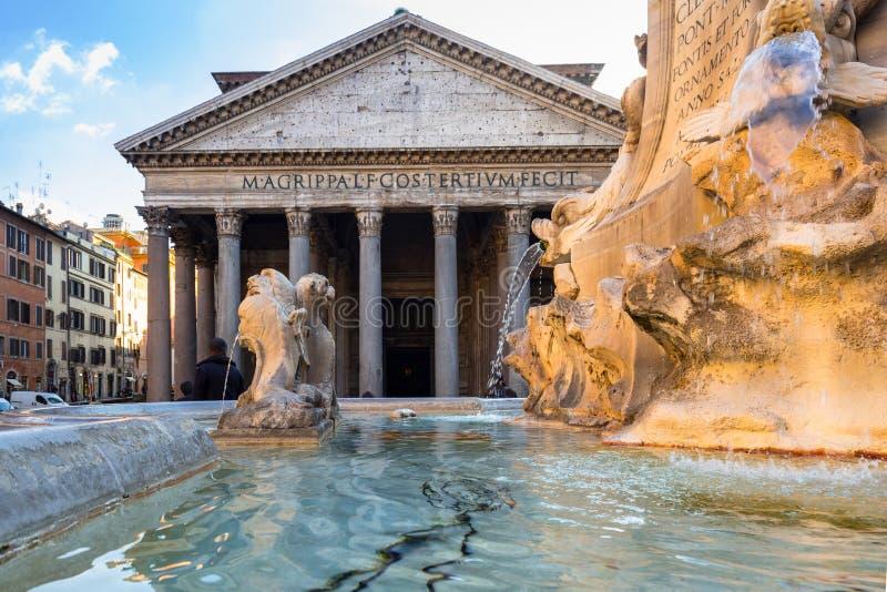 在万神殿寺庙的喷泉在罗马,意大利 库存图片