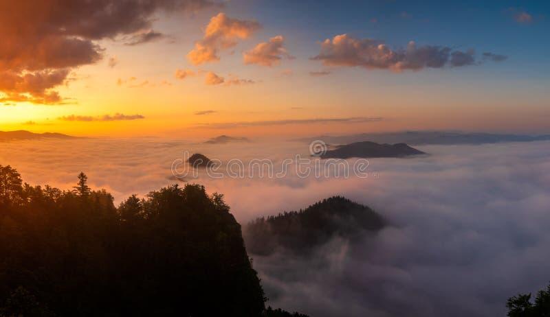 在三个冠上面的华美的日出在波兰山皮耶尼内山脉 免版税库存照片