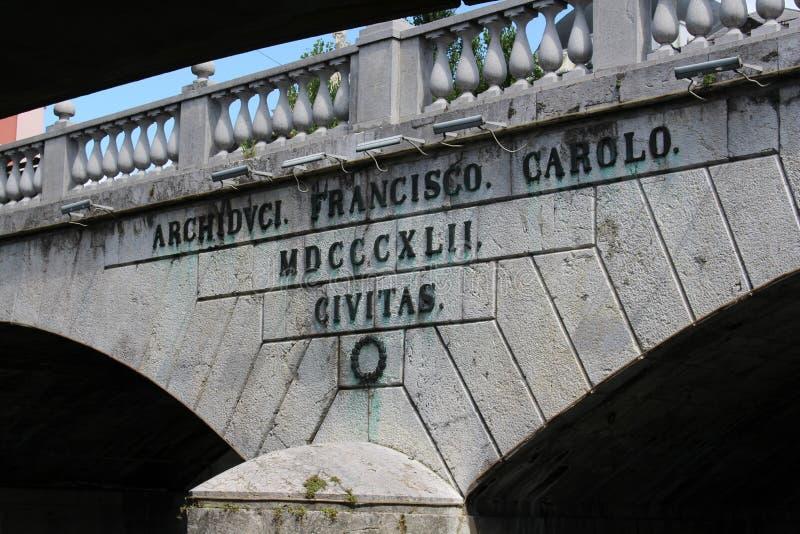 在三倍桥梁,卢布尔雅那,斯洛文尼亚的题字 免版税库存照片