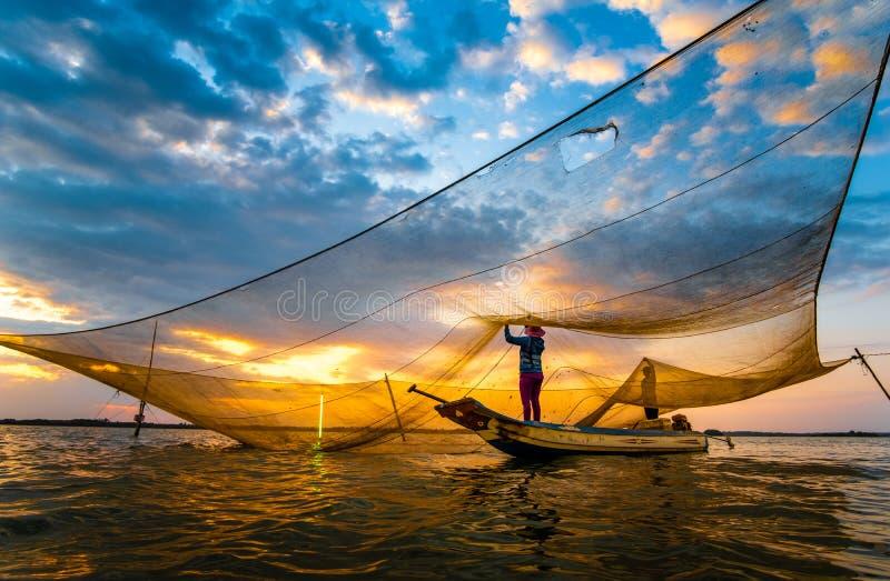 在三安水坝 — 越南东奈河上捕鱼 图库摄影