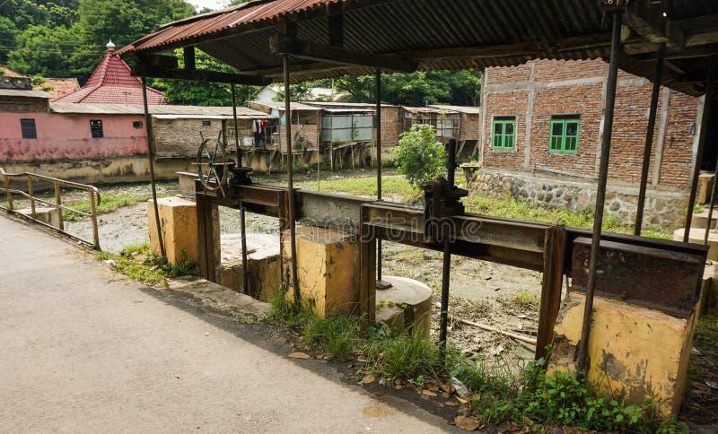 在三宝垄拍的被放弃的水闸门控制照片印度尼西亚 免版税库存图片