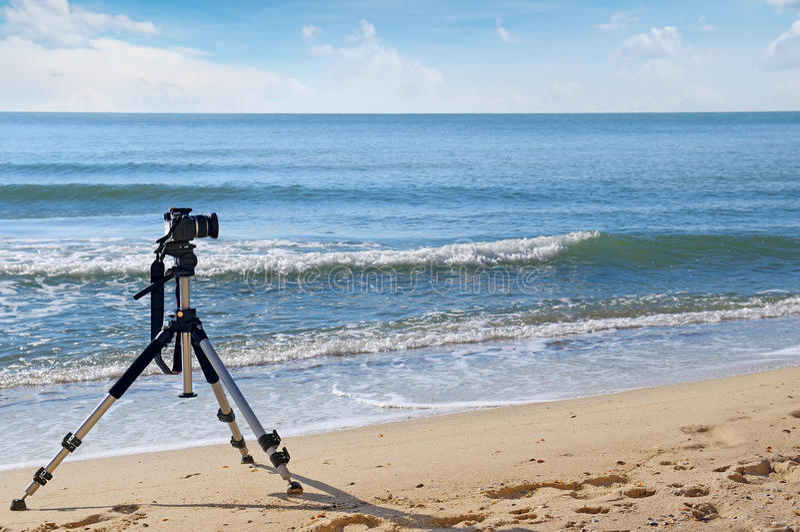 在三脚架的照相机 免版税库存图片