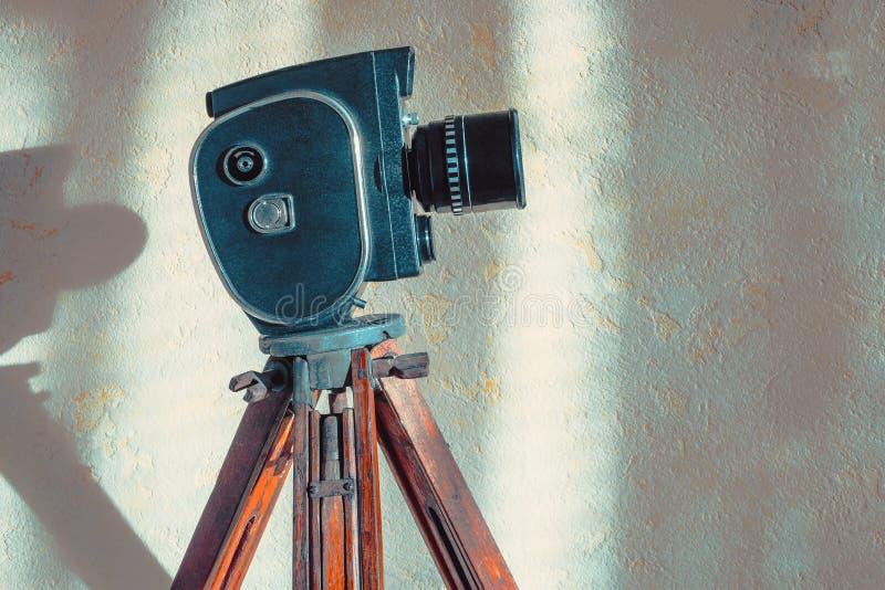 在三脚架的老电影摄影机 免版税图库摄影