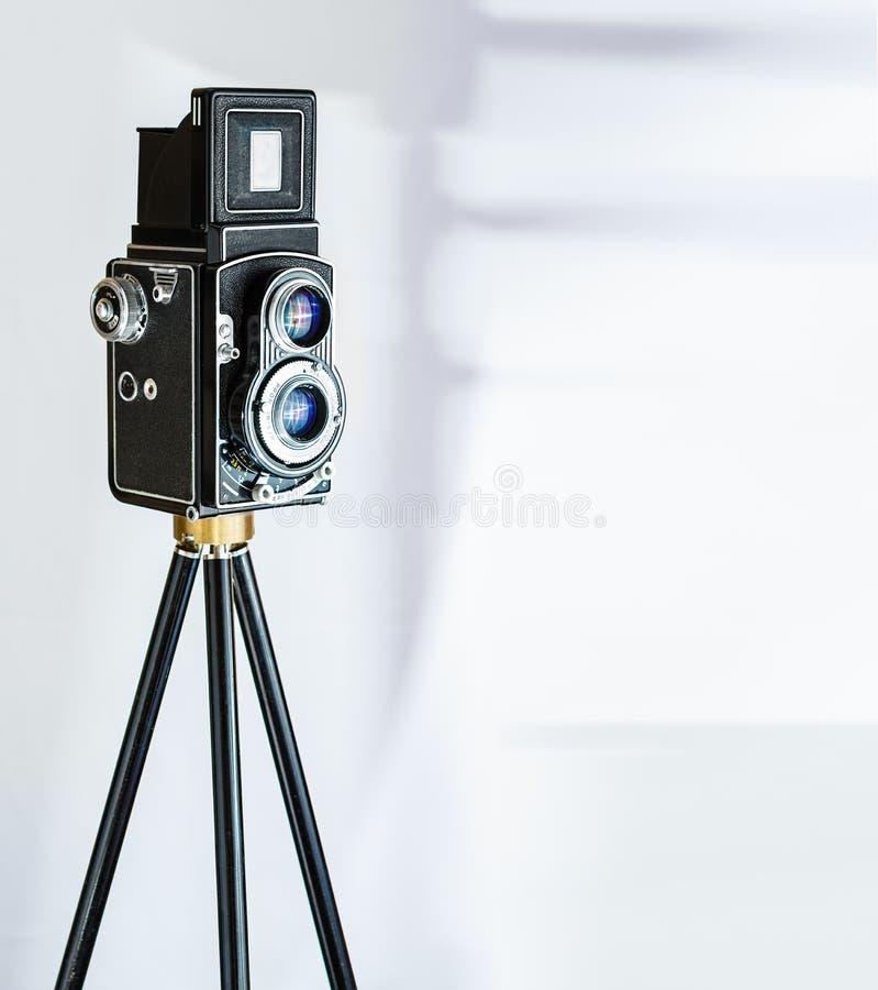 在三脚架的Vinatage照相机 免版税图库摄影