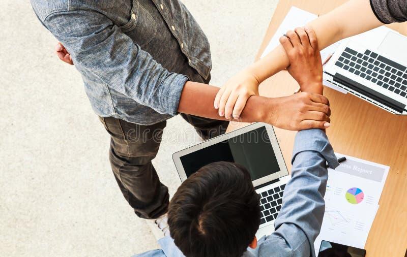 在三角的商人配合会议加入的手在办公室概念,使用想法,图,计算机,片剂,巧妙 库存图片
