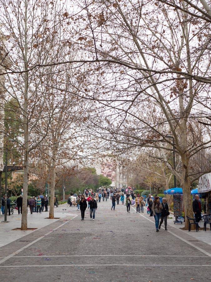 在上城小山下的Aeropagitou街道在雅典 库存图片