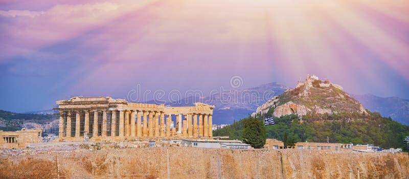 在上城小山的帕台农神庙寺庙在雅典,希腊在与云彩的好日子下午射击了在老镇的天空蔚蓝在期间 免版税库存照片